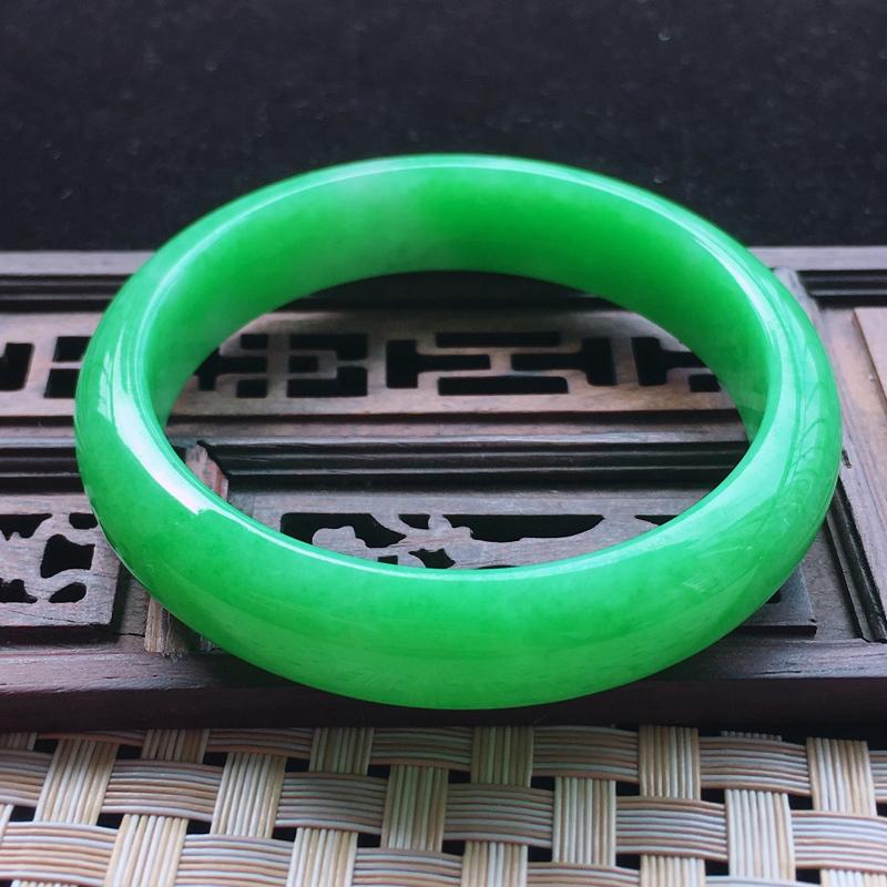 【糯种阳绿满色正装手镯、圈口57.2/13/7.2、玉质细腻水润,条形大方,种水好,佩戴效果极佳###】图2