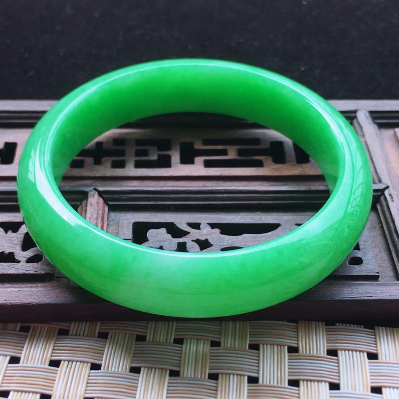 【糯种阳绿满色正装手镯、圈口57.2/13/7.2、玉质细腻水润,条形大方,种水好,佩戴效果极佳###】图5