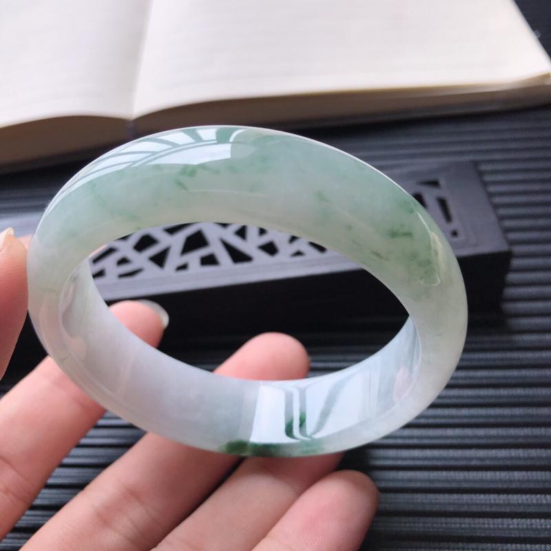 天然翡翠A货糯化种水润飘花正圈宽边手镯,尺寸56-16-7.3mm,玉质细腻,种水好 ,胶感十足,底色好,上手效果漂亮