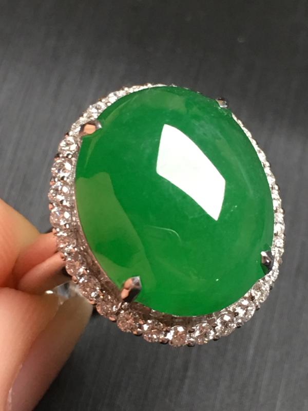 【翡翠A货,阳绿蛋面戒指,18k金伴钻镶嵌,完美,种水超好,性价比高。整体尺寸:18.5*16*10.3】图3