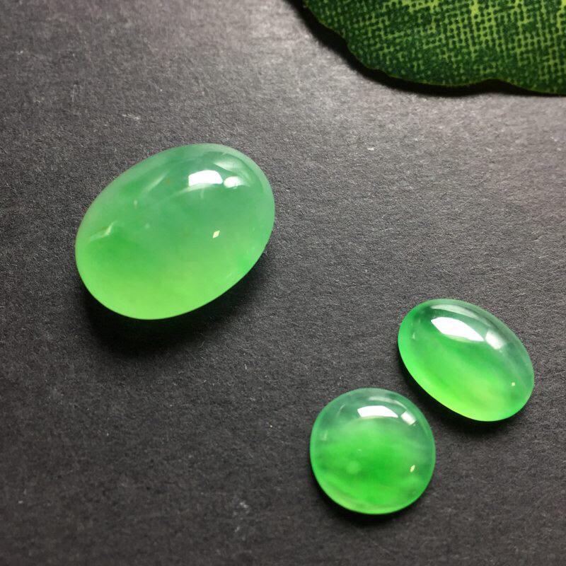 【❤️冰绿蛋面蛋面:种老水足,色泽漂亮,干净透光,雕工精美,圆润饱满,可镶嵌成戒指,镶嵌效果翻翻。尺寸:13.2--10.5--5.9  送一对小蛋面尺寸:8.5--6.4--2.7  7.2--2.3 可镶嵌为耳钉。(送的小蛋面完美,冰绿很美)】图6