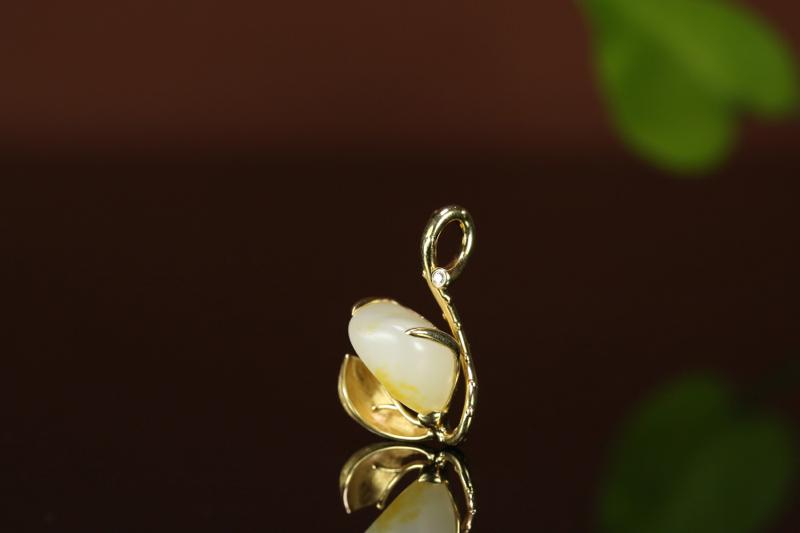 【名称:莲 重量:4.5g 尺寸:25*16*10mm 材质: 新疆和田玉籽料 描述:独籽无修镶嵌 18K金镶嵌 南非钻石 重金质感镶嵌 款式独特 值得拥有。】图2