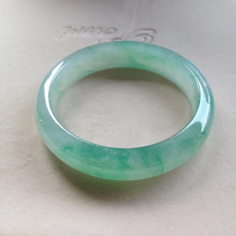 老坑冰飘绿正圈镯,尺寸59*14.5*8.5 完美老种,通透冰莹,清润水足,胶润无比,绿花灵动鲜阳,