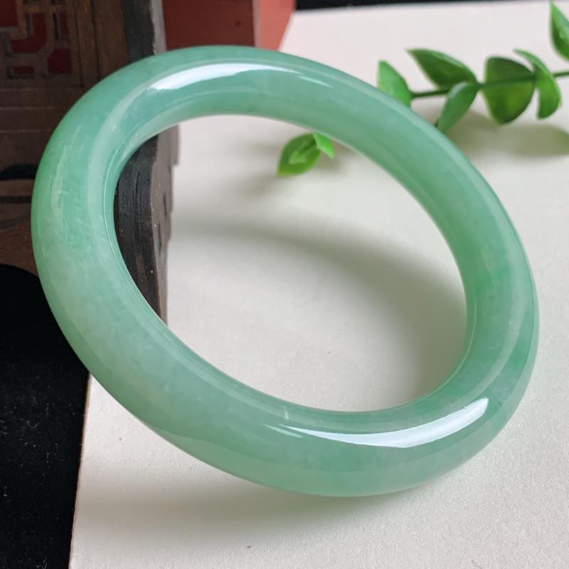 天然A货翡翠_满色翡翠圆条手镯57.2mm,水润秀气,玉质细腻,色彩鲜艳,条形优雅,上手效果好