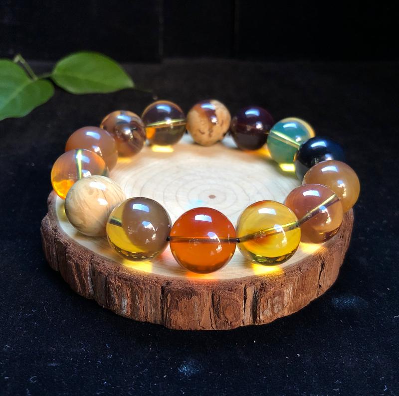 纯天然缅甸琥珀:多宝手串。珠子国工正圆,孔道精抛光。珀种搭配:蛋黄溶洞、橘蜜、柳青、瓷白根、绿茶溶洞