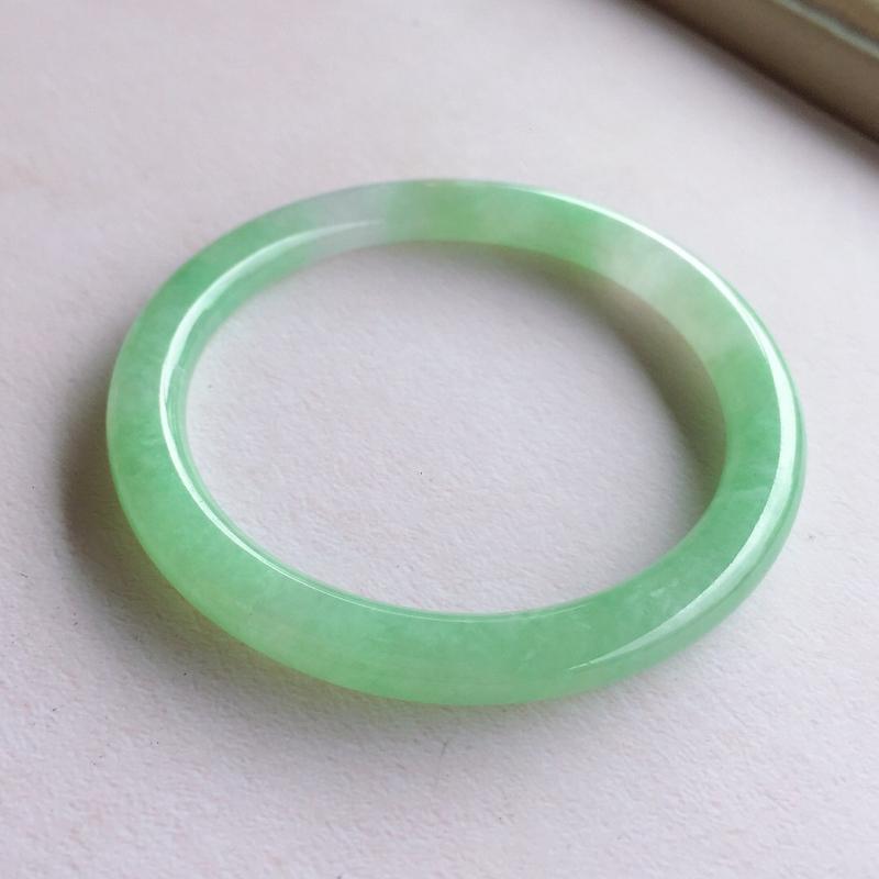 圆条53.3相当于正圈55【自然光实拍】糯化种满圈果绿圆条手镯,色泽鲜艳,水润光泽,条形秀气!上手简