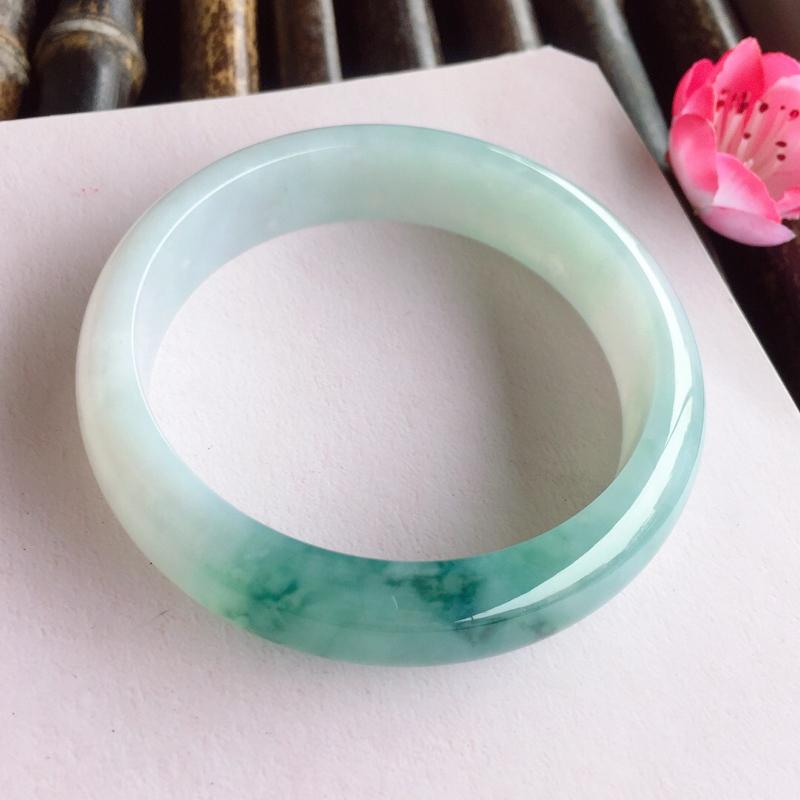 正圈58mm,糯化种飘蓝花手镯,底子冰润,一截飘蓝花,优雅灵动,上手气质文艺