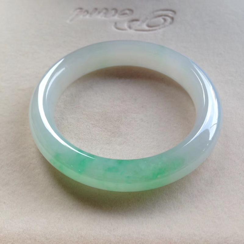 老坑飘阳绿正圈镯,尺寸52.5*11.5*9.5 完美老种,纯净细腻,通透明亮,润泽无比,底子洁白干