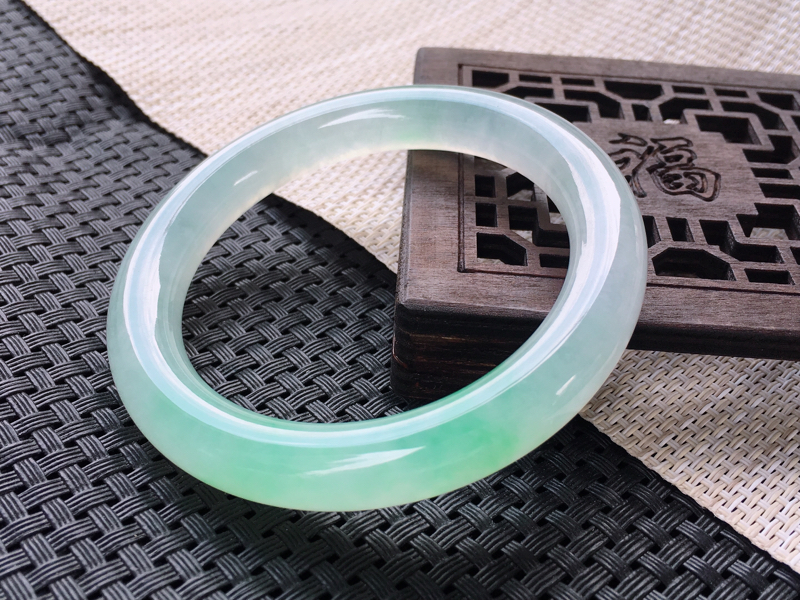 圈口:60,天然翡翠A货—冰种飘绿起光圆条手镯,尺寸:60/11/10.6,完美 冰透