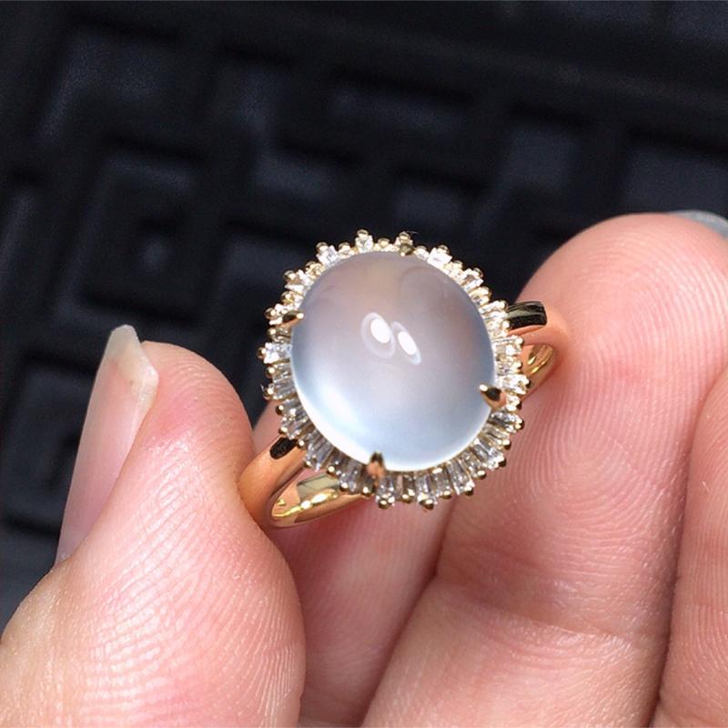 缅甸a货翡翠,18k金包钻镶高冰蛋面戒指,玉质莹润,形体饱满