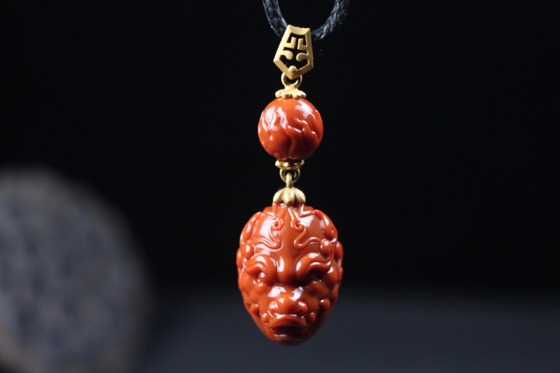 【龙头】纯色一口气柿子红龙头吊坠,采用18k黄金镶嵌,喷砂的镶嵌工艺内敛大气,一颗火焰纹顶珠,霸气威