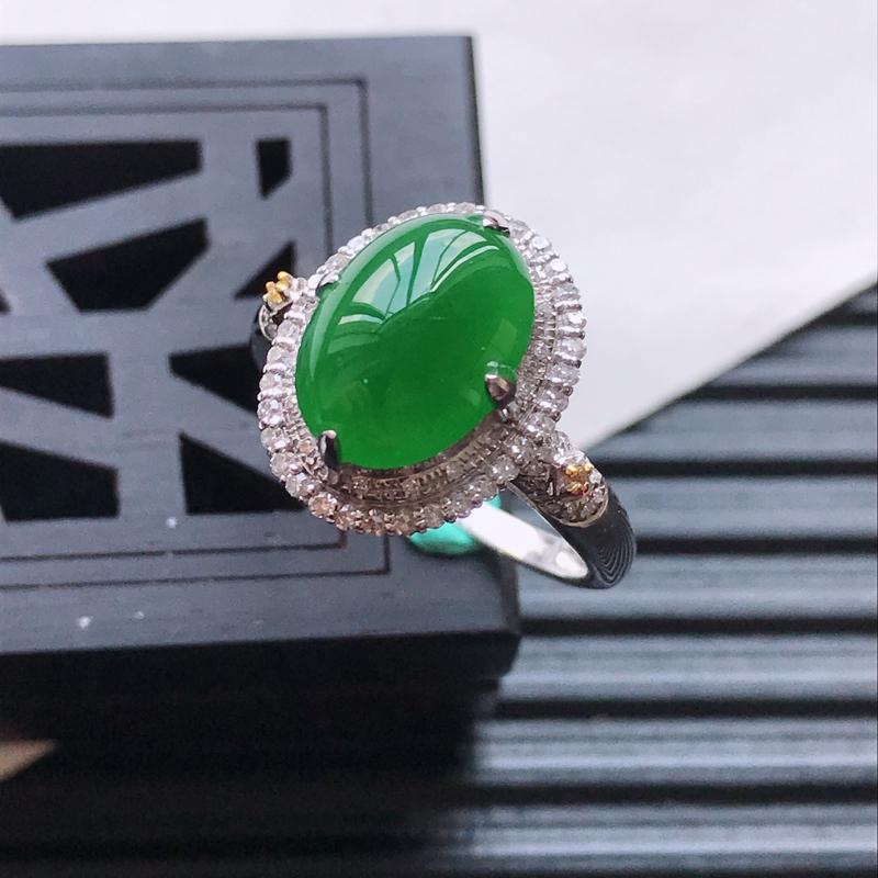 天然翡翠A货18K金镶嵌伴钻糯化种满绿精美蛋面戒指,内径尺寸18.3mm,