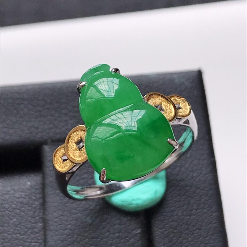 天然翡翠A货。糯化种满绿葫芦戒指。圈口:17mm。18K金镶嵌。色泽鲜艳,款式新颖,品相极佳。镶金尺