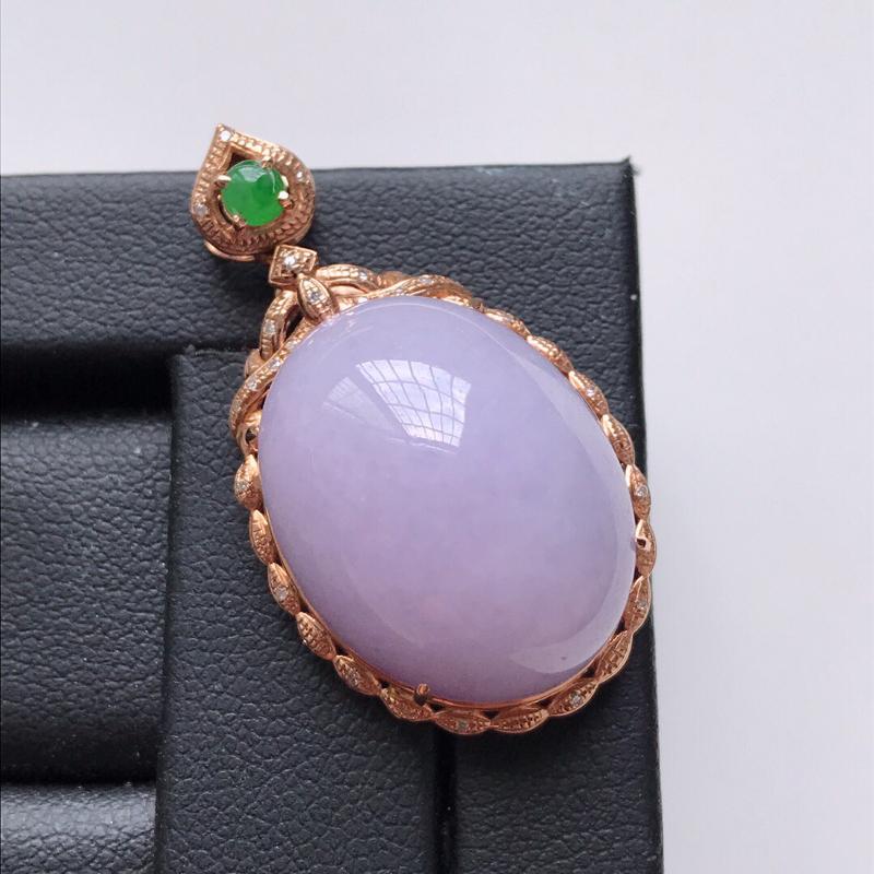 天然翡翠A货。细糯种粉紫鸽子蛋吊坠,18K金镶嵌伴钻。玉质细腻,色泽鲜艳。品相极佳好,镶金尺寸:34