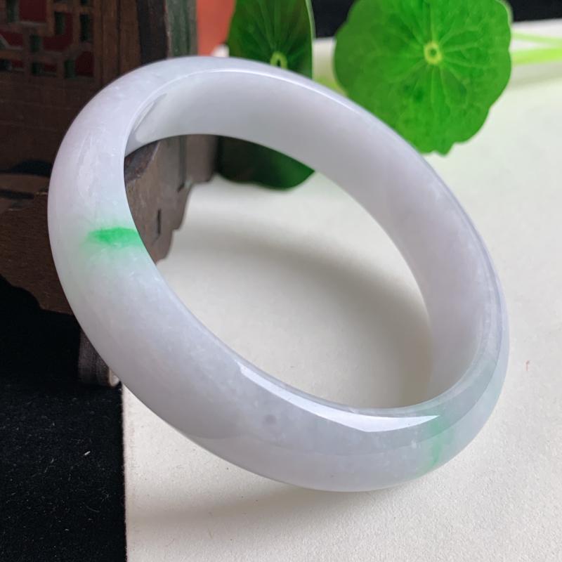 天然A货翡翠_飘绿翡翠正圈手镯56.6mm,料子细腻,色彩鲜艳,迷人夺目,条形优雅,上手效果好