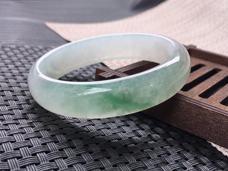 圈口:57-58,天然翡翠A货—飘绿莹润透光正圈手镯,尺寸:57.7/14.3/6.7,完