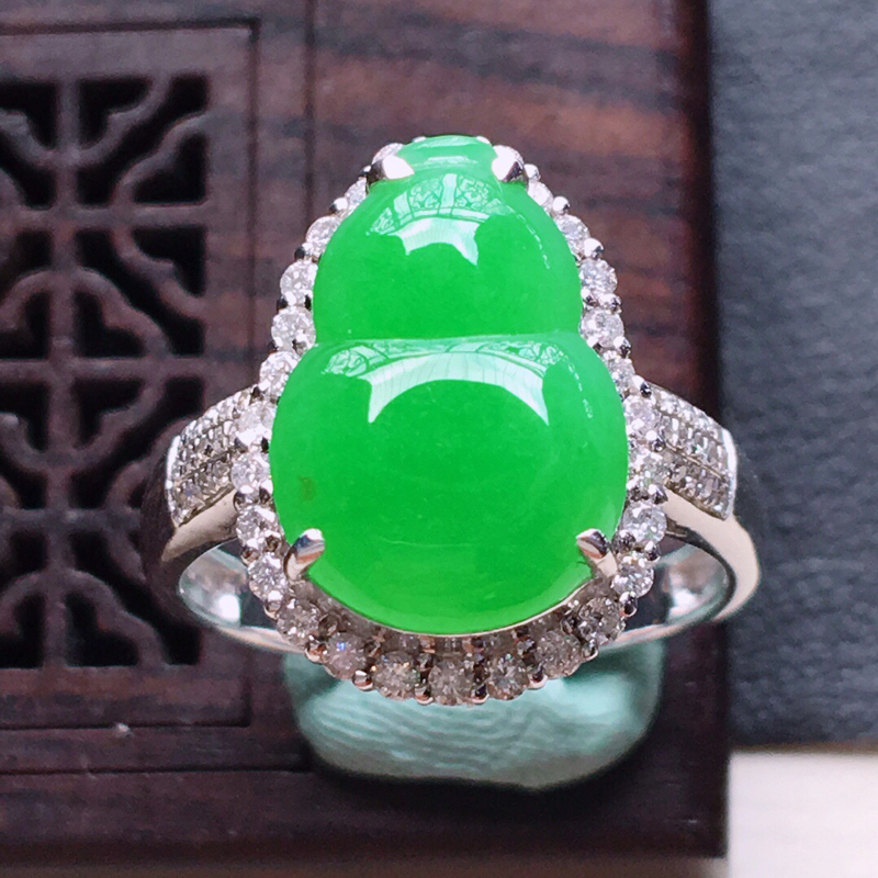 18k金镶嵌围钻阳绿葫芦戒指,