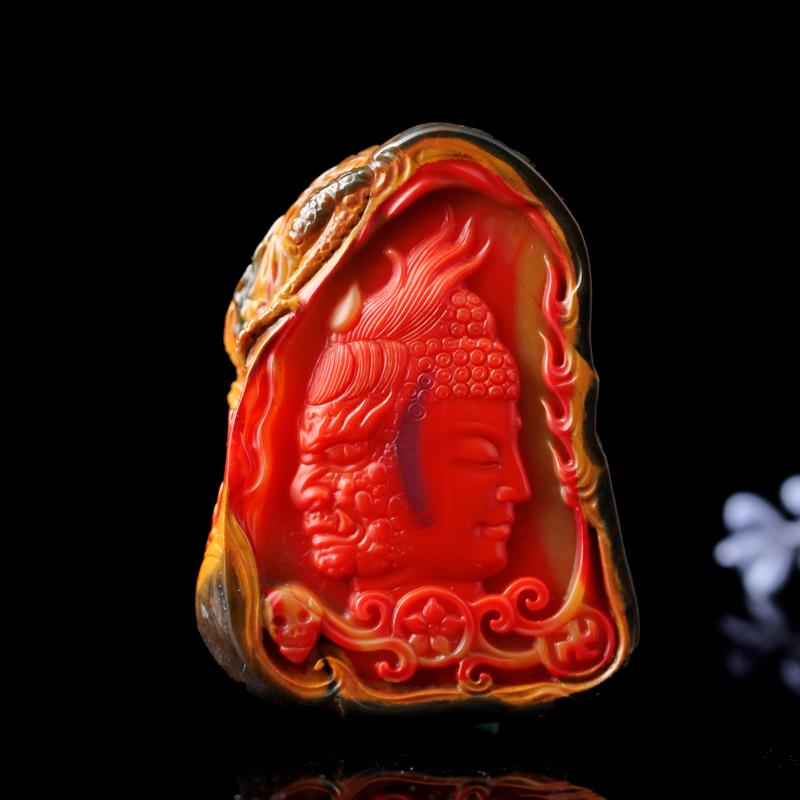 南红包浆料【一念之间】挂件。一款包浆料中的收藏级雕件,皮浆肉层层渗透,却层层分明,雕刻师别出心裁,保