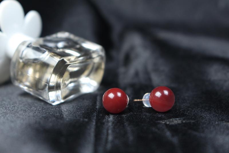 【耳钉】玫瑰红圆珠耳钉,采用18k玫瑰金镶嵌,立体饱满,精致小巧,深邃神秘的玫瑰红佩戴耳间,宛如玫瑰