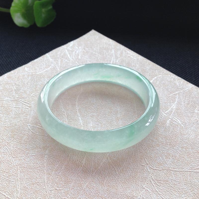 贵妃:55.6-48.5-13.7-7.2mm,正圈53可戴,冰种飘绿,冰润通透,一丝丝绿意清新靓丽