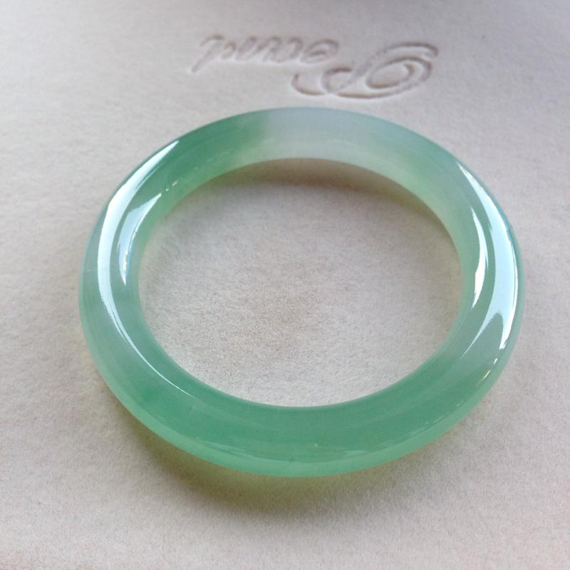 老坑果绿圆条镯,尺寸55.5*10*10.5 完美老种,纯净细腻,通透明亮,润泽水灵,色阳鲜亮,甜美