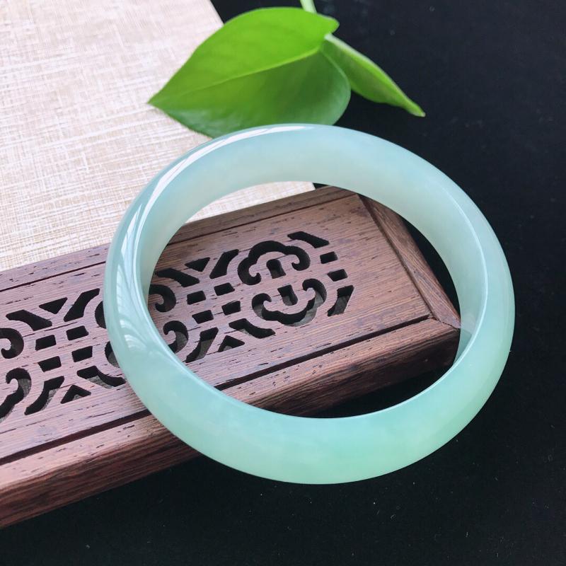 正圈:60。天然翡翠A货。糯化种飘绿手镯。冰润细腻,佩戴清秀优雅。尺寸:60*14.5*7mm