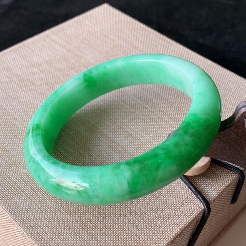 天然A货翡翠_满绿翡翠正圈手镯55.4mm,玉质细腻,水润秀气,色彩鲜艳,迷人夺目,条形优雅,上手效