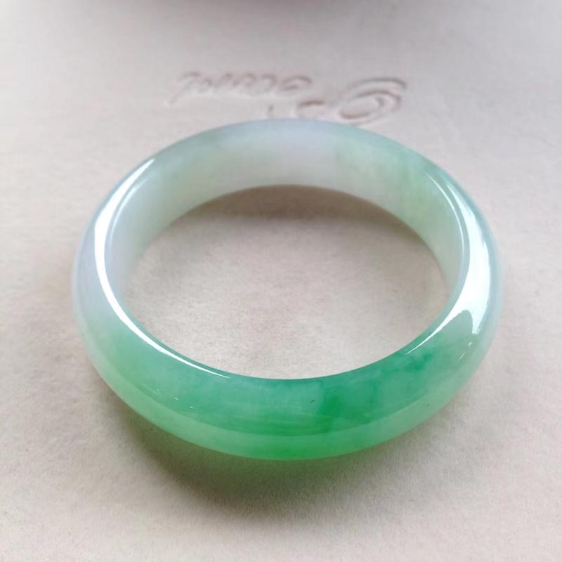 飘阳绿正圈镯,尺寸56*14.5*8.5 完美,版型宽厚,底子干净清爽,半圈翠色鲜辣,明丽动人,贵气