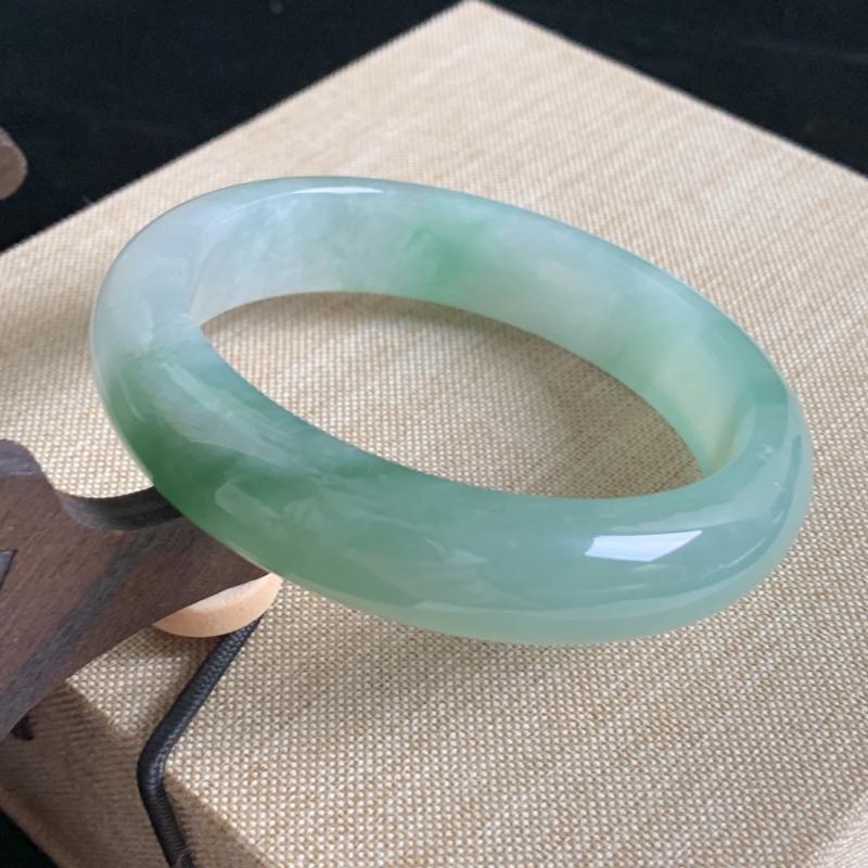 天然A货翡翠正圈手镯_飘绿翡翠正圈手镯55.4mm,料子细腻,水润秀气,色彩鲜艳,迷人夺目,上手效果