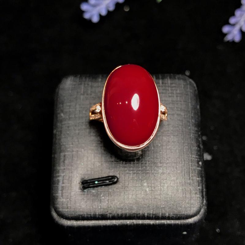 南红玫瑰红【镶18K金戒指】圆润饱满的蛋面,浓郁的玫瑰红,一种优雅成熟的魅力,玉质细腻,干净匀净,成