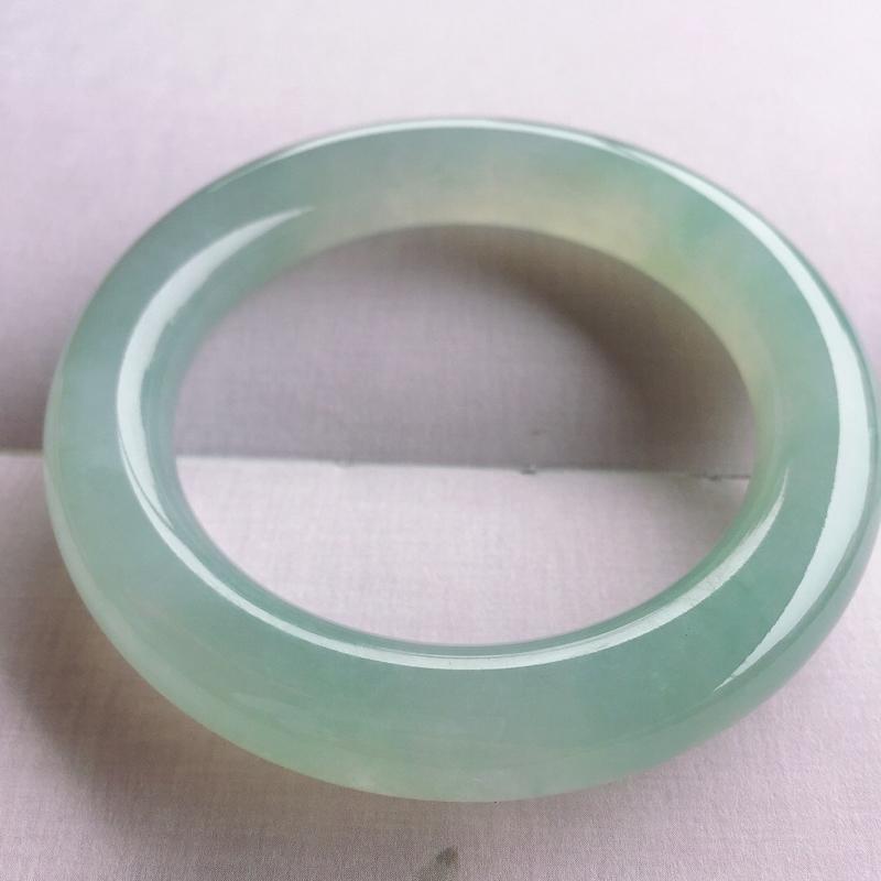 圆条55.8mm,相当于正圈56.8mm,冰糯种带色圆条手镯,底子细腻水润,条形圆润饱满,上手好看