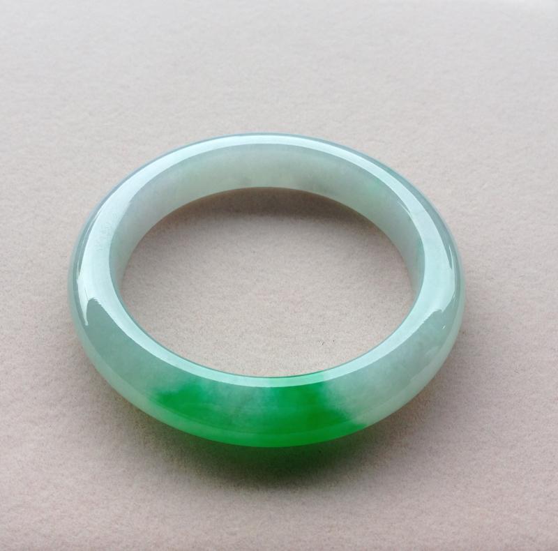 冰飘阳绿平安镯,品质料,冰莹水润,起光感,浅绿底,一截阳绿纯正娇艳,青翠夺目,上手高贵华丽,魅力四射