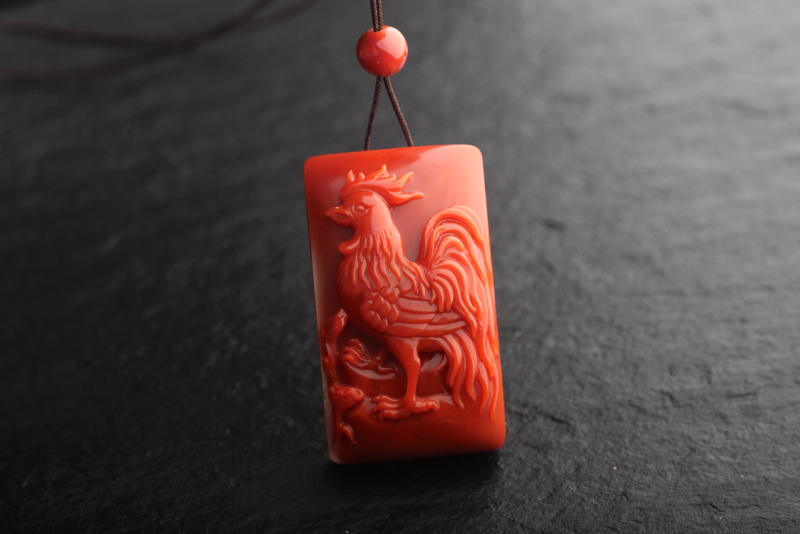 南红玫瑰红瓷白特色料【金鸡报晓】挂坠,可做手牌。玉质油润细腻,颜色红润好看,苏工雕刻线条流畅,金鸡昂