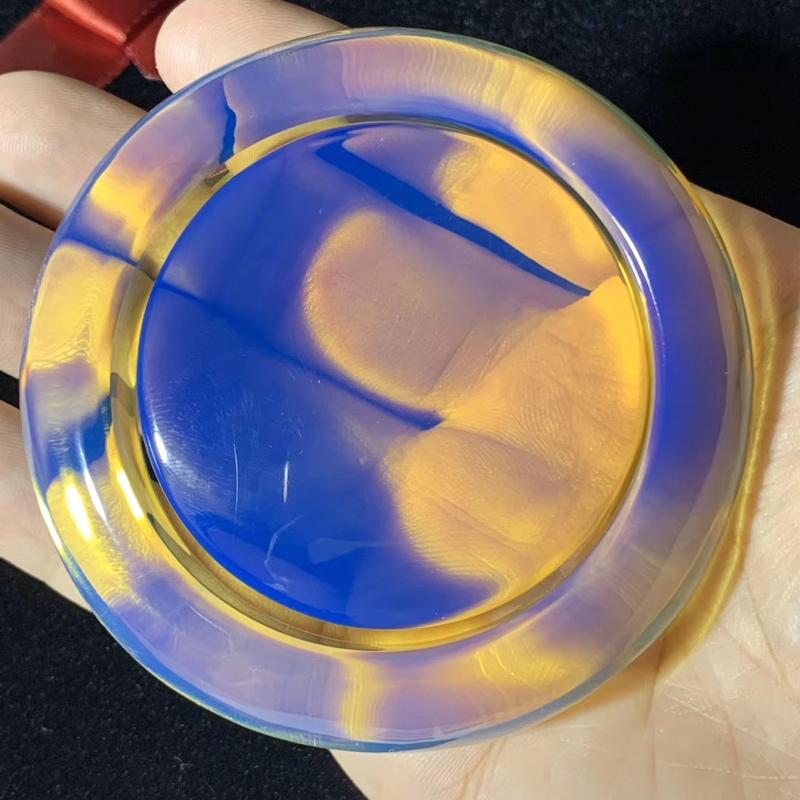 【【殿堂级】稀缺同料多米尼加皇家蓝蓝珀手镯套装 毕业级皇家蓝高端成色,镯子心有一丁点细微粉尘,毕竟这么大的多米矿石都是罕见的,不仔细根本看不到,实属难得!冰种珀体,黄金58号圈口,克重96.42克 它是琥珀之王,蓝珀之王,也是手镯之王! 14亿中国人中,只有不超过5个人拥有如此高端、如此稀缺的多米手镯!妙不可言。收藏价值非常高!】图6