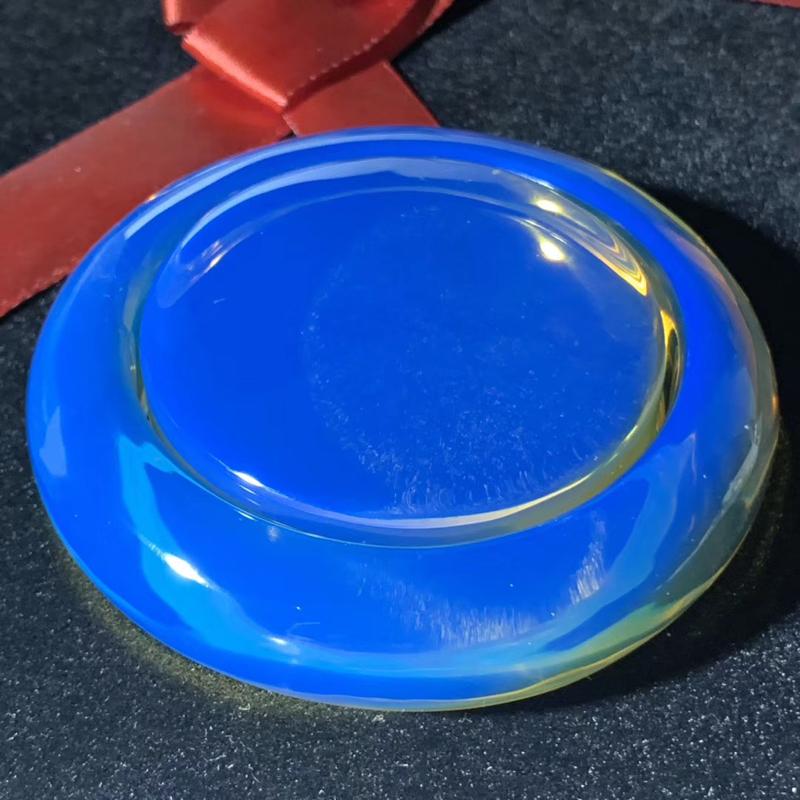 【【殿堂级】稀缺同料多米尼加皇家蓝蓝珀手镯套装 毕业级皇家蓝高端成色,镯子心有一丁点细微粉尘,毕竟这么大的多米矿石都是罕见的,不仔细根本看不到,实属难得!冰种珀体,黄金58号圈口,克重96.42克 它是琥珀之王,蓝珀之王,也是手镯之王! 14亿中国人中,只有不超过5个人拥有如此高端、如此稀缺的多米手镯!妙不可言。收藏价值非常高!】图3