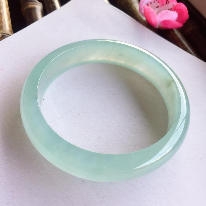 正圈58mm,冰糯种飘晴绿手镯,底子冰润起光,清新淡雅色泽,很贵气