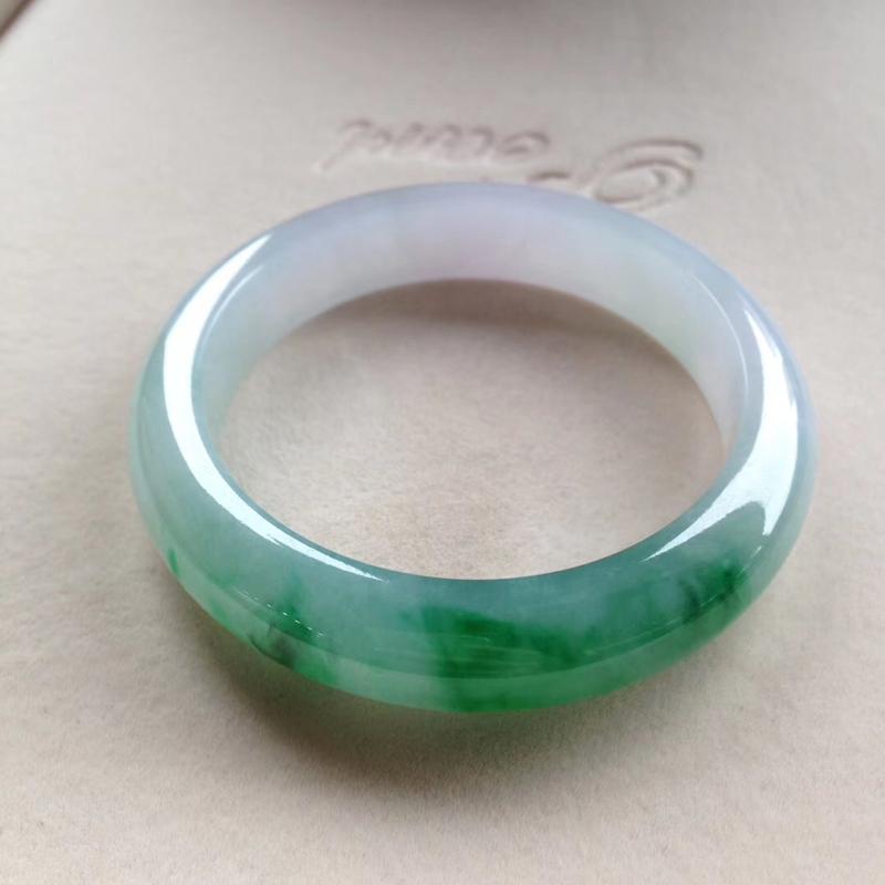 飘阳绿正圈镯,尺寸55.5*13*9.5 老坑种水,纯净细腻,通透明亮,润泽无比,翠色欲滴,鲜辣无比