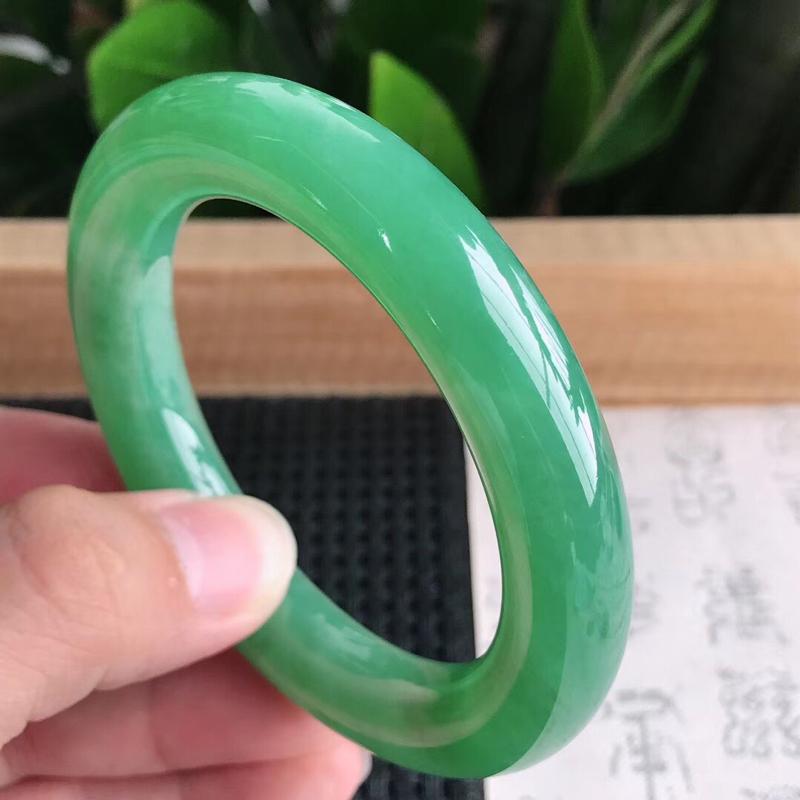 天然翡翠A货完美莹润细腻老坑满绿圆条手镯 尺寸:55-11.7-11.7mm 重量:77.12g
