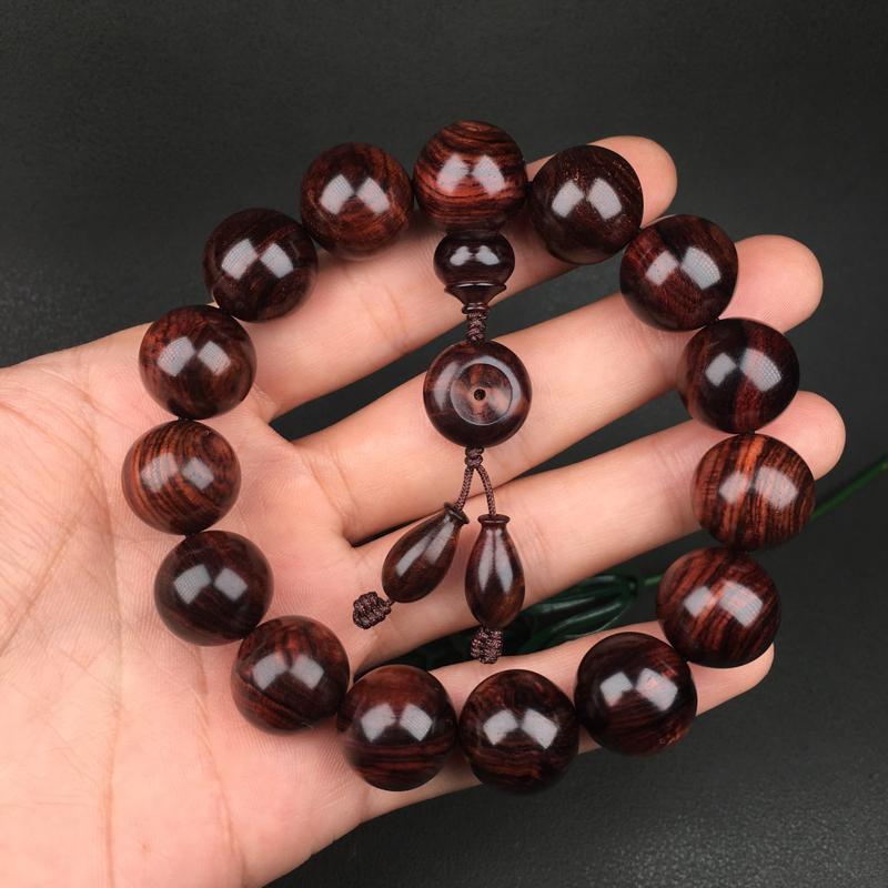 海南黄花梨紫红老油梨15mm手串,规格是:15mmX15颗,重30克。紫红底色,纹理清晰、流畅自然,
