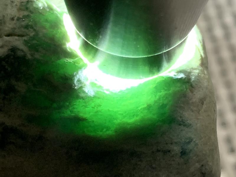 免费切石解石加工手镯# 【名称】1.7公斤木那包浆皮脱沙晴水料。 【重量】1.7公斤【尺寸】110*
