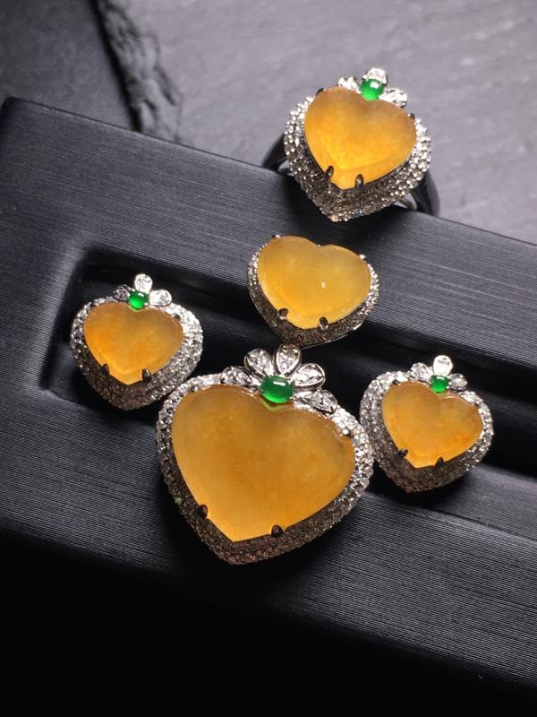 翡翠A货,黄翡心形三件套(戒指/耳钉/吊坠),18k金伴钻镶嵌,完美,种水超好,性价比高。