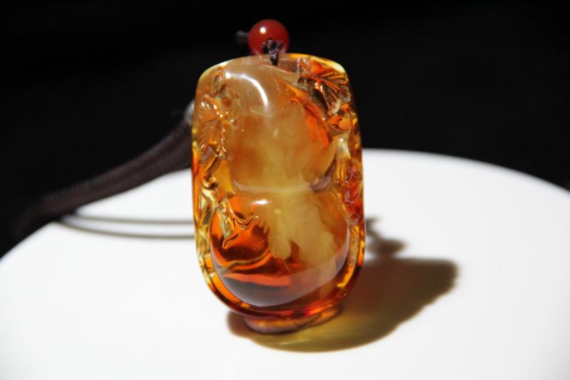 纯天然原矿溶洞蜜蜡【葫芦】吊坠 纯正天然之物,开出这样的料子,非常罕见,珀与蜜的完美演绎,半珀半蜜,