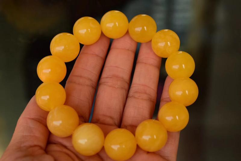 纯天然原矿暴力鸡油黄蜜蜡手串 颗颗珠子精选,蜡质浓郁,色泽均匀油润,全品无任何瑕疵,非常精品。都是十