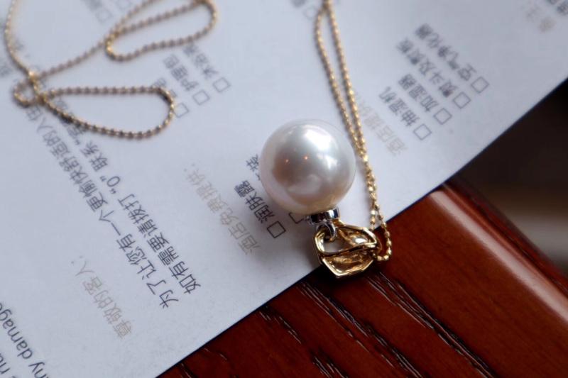 珍珠吊坠。含链子 12.8mm,粉强光,太美[色]实物比图片更粉更亮。 爱迪生珍珠。18k 伴钻石。