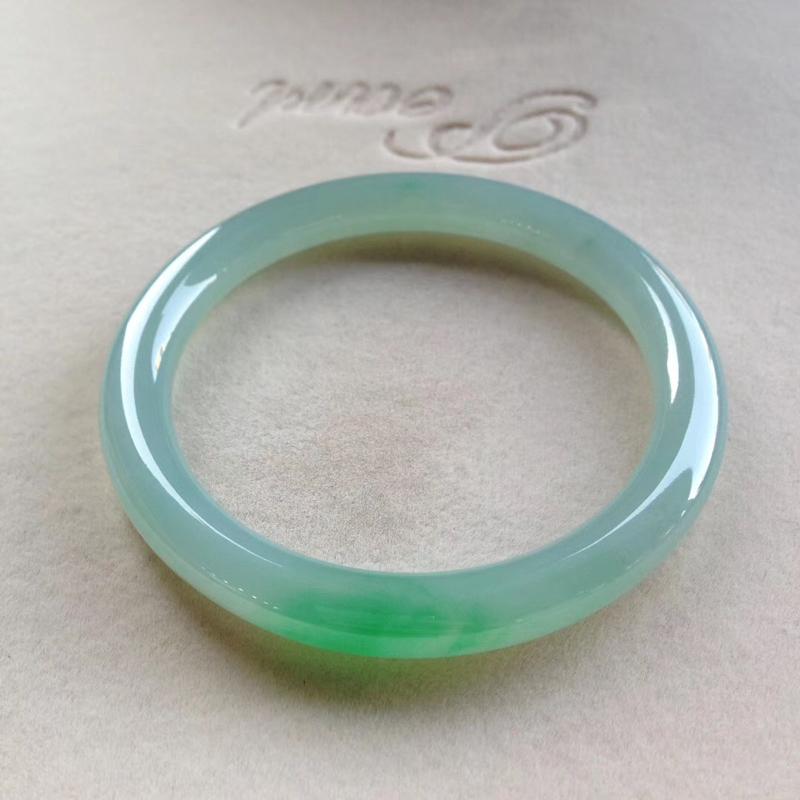 飘阳绿圆条镯,尺寸54.5*7.5*8 完美细腻,通透水润,翠色明媚,漂亮诱人!