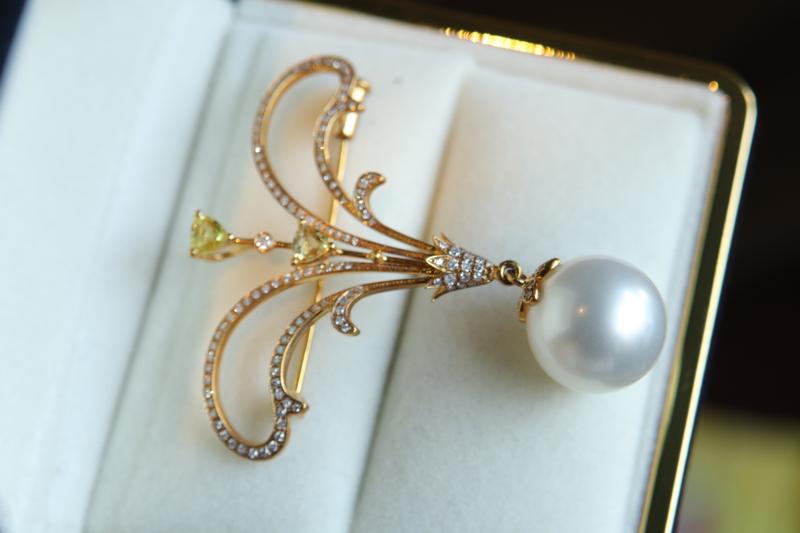 海水珍珠胸针吊坠两用款。 这颗大澳白面面都完美[呲牙]14mm 左右,天然大尺寸海水珍珠。正圆 完美