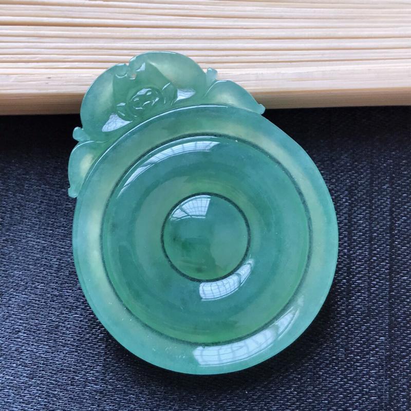 天然翡翠A货。冰糯种满绿复古平安扣吊坠。色泽鲜艳,冰润通透。尺寸:40*32*3.3mm###