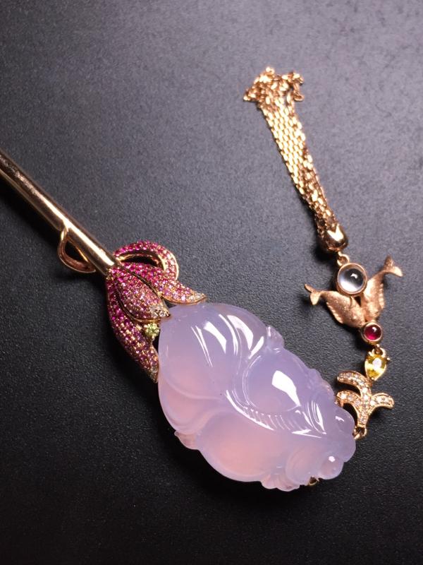 翡翠A货,紫罗兰年年有余发簪,18k真金真钻镶嵌,完美,种水超好,玉质细腻。整体尺寸:33.3*16