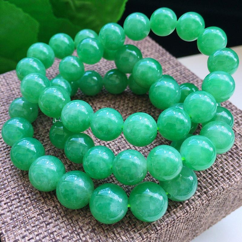 缅甸a货翡翠,自然光实拍,满绿圆珠项链,51颗,玉质细腻,颜色漂亮,莹润均匀,基本完美,品质佳,佩戴