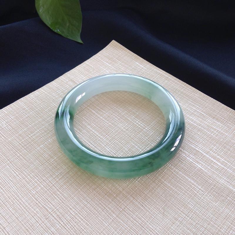 57.5/ 圆条:冰绿花,底妆细腻 干净,种水极好,肉嘟嘟的条形,绿花清雅 别致